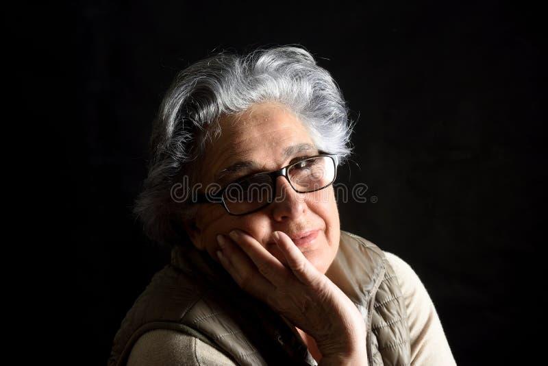 Portait μιας ανώτερης γυναίκας στο Μαύρο στοκ εικόνα με δικαίωμα ελεύθερης χρήσης