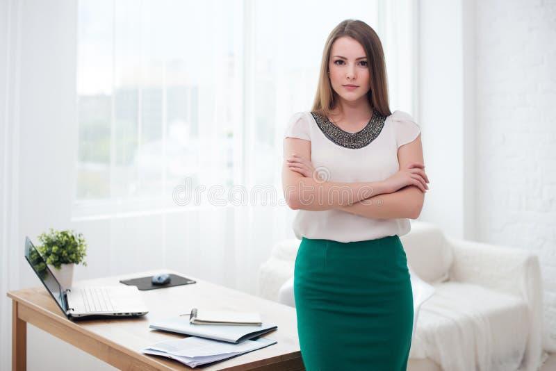 Portait της όμορφης επιτυχούς στάσης επιχειρησιακών γυναικών στο γραφείο στοκ φωτογραφίες με δικαίωμα ελεύθερης χρήσης
