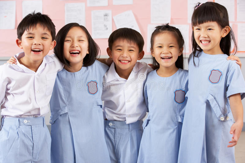 Portait av deltagare i kinesiskt skolaklassrum arkivbild