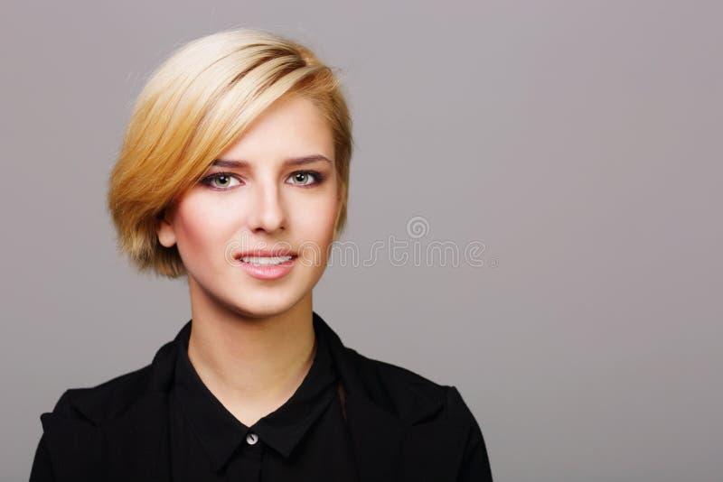 Portait av en lycklig ung kvinna fotografering för bildbyråer