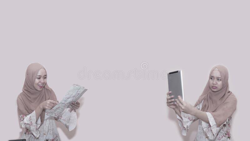 Portait azjatykcia muzu?ma?ska kobieta jest ubranym, czytanie i mapa dostaje gotow? dla wycieczki zdjęcie royalty free