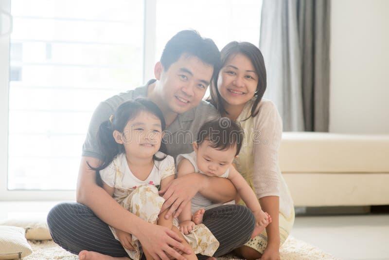 Portait de la familia asiática en casa fotografía de archivo libre de regalías