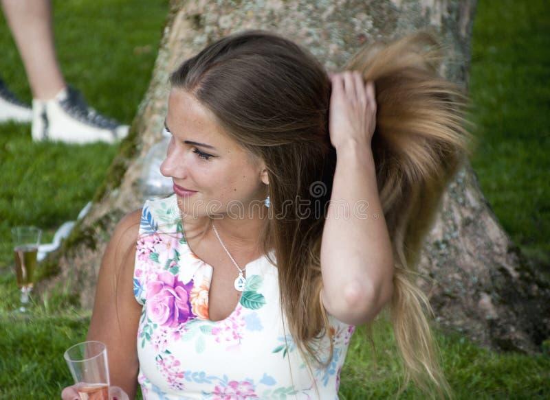 Portait de la mujer morena hermosa Fijación de su pelo largo imagenes de archivo