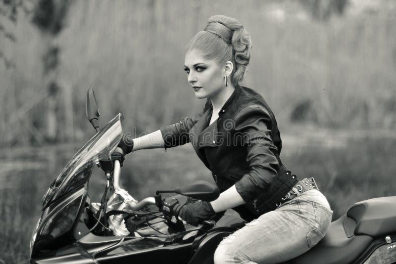Portait de una muchacha en la bici foto de archivo