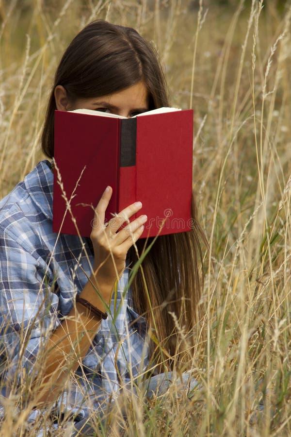 Portait del libro behing de ocultación de la muchacha imagen de archivo