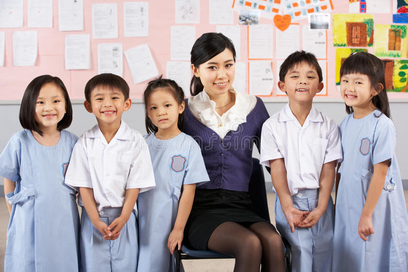 Portait dell'insegnante e degli allievi a scuola cinese fotografia stock libera da diritti