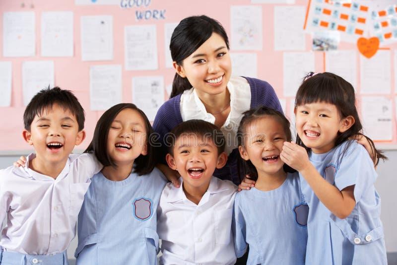 Portait dell'insegnante e degli allievi a scuola cinese fotografia stock