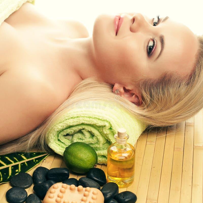 Portait der schönen jungen Frau an einem Badekurortsalon Vollkommene Haut lizenzfreie stockfotografie