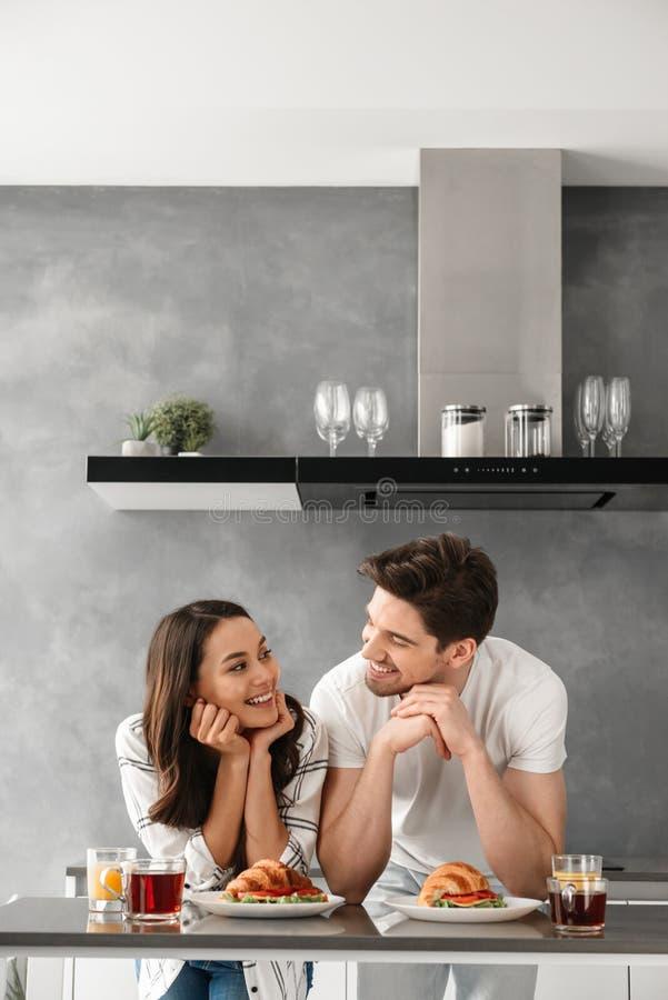 Portait des glücklichen Paars einander betrachtend und lächelnd, während stockbilder