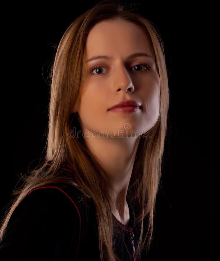 Portait hermoso de la mujer joven en fondo negro imagen de archivo