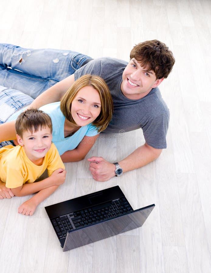 Portait High-angle da família com portátil imagens de stock royalty free