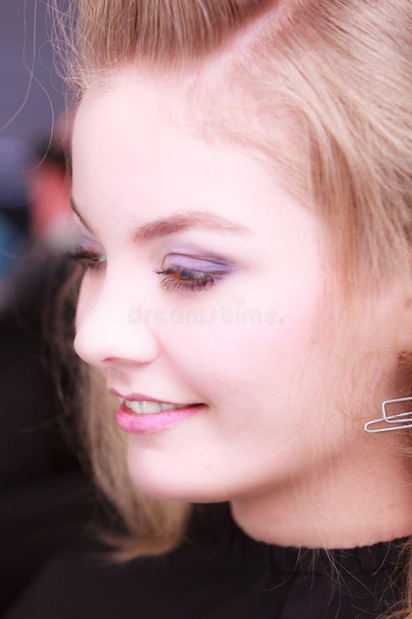Portait mooi glimlachend blond meisje. Gezichts aantrekkelijke jonge vrouw. stock afbeelding