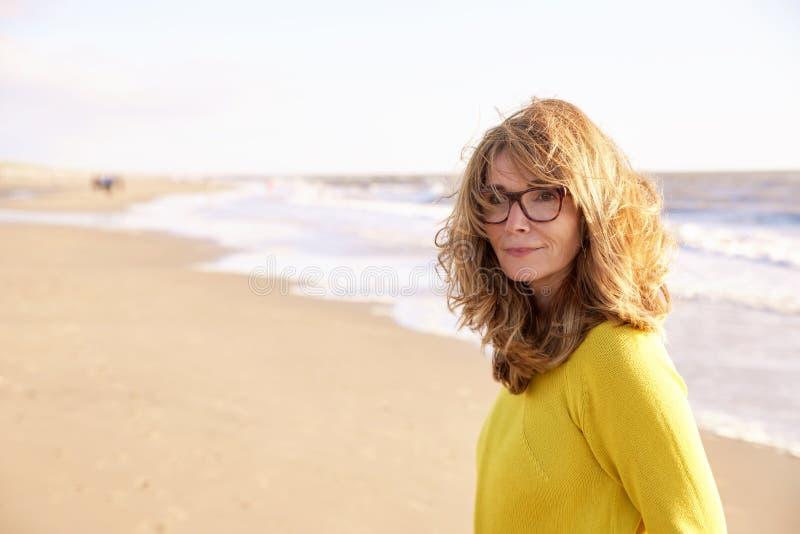 Portait sonriente atractivo de la mujer en la playa imagen de archivo libre de regalías