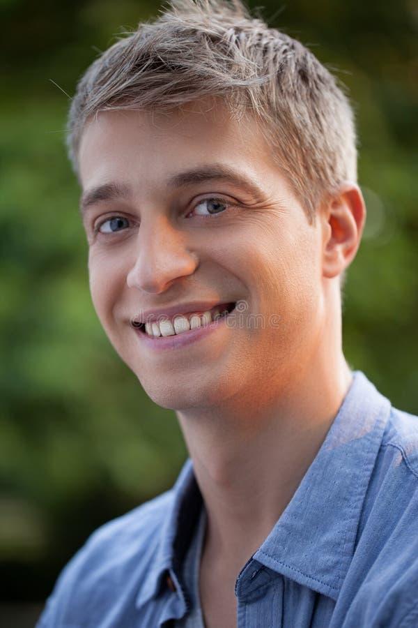Portait van een Glimlachende Mens royalty-vrije stock foto