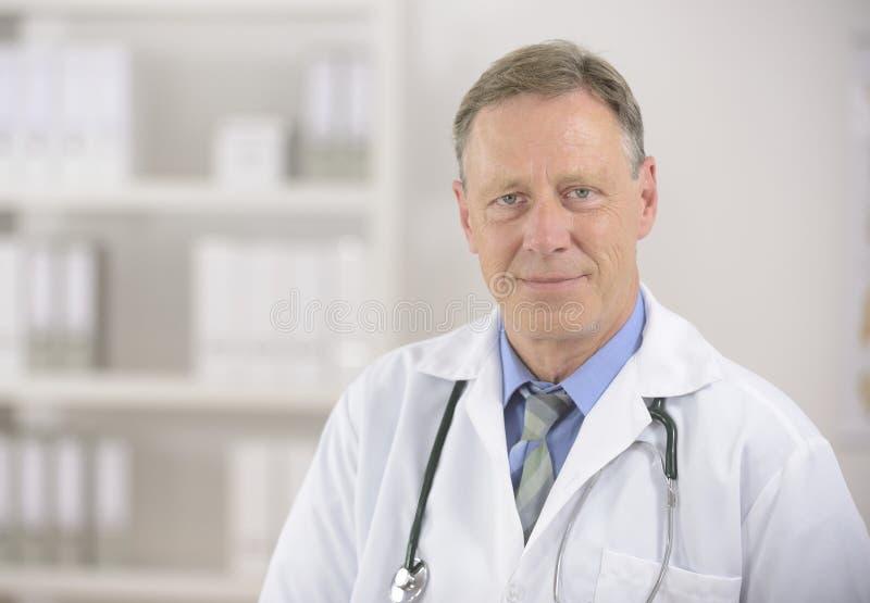 Portait van een rijpe arts stock foto's