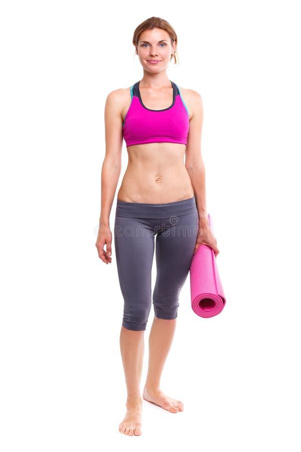 Portait van jonge vrouw met yogamat royalty-vrije stock afbeeldingen