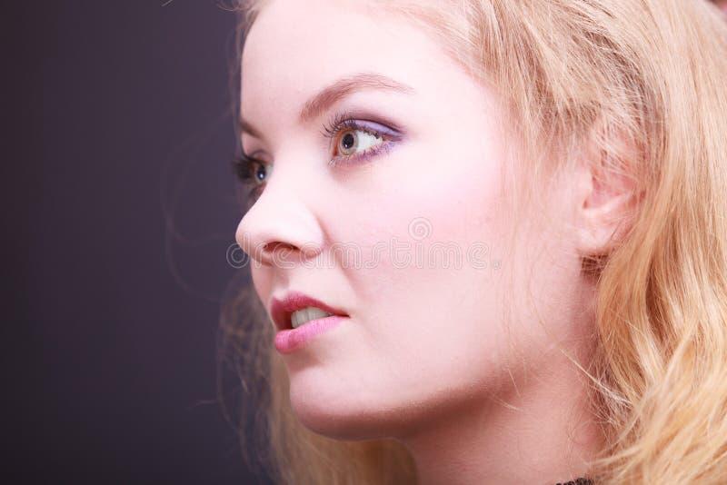 Portait van mooi blond meisje. Close-up van gezicht. stock afbeelding