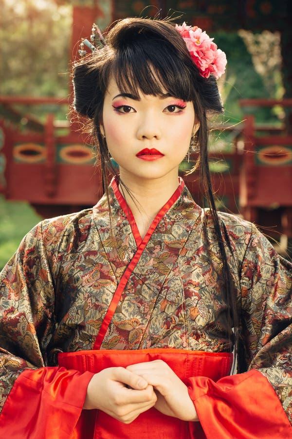 Portaite красивой азиатской женщины в кимоно стоковые фото