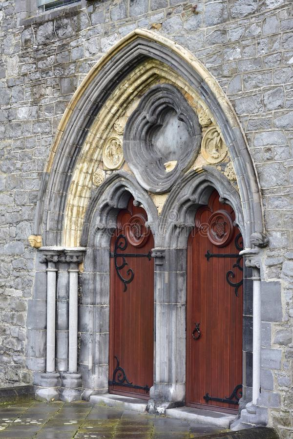 Portal arqueado da igreja com porta dupla imagens de stock