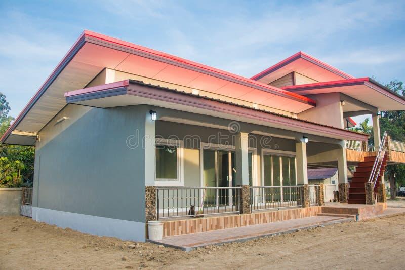 Portal auf Vorderansicht des neuen Familienhauses des Bungalows lizenzfreie stockbilder