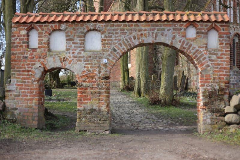 Portal av kyrkogården i brutto- Kiesow, Mecklenburg-Vorpommern, Tyskland royaltyfria bilder