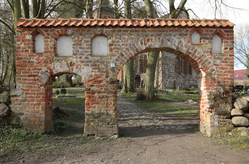 Portal av kyrkogården i brutto- Kiesow, Mecklenburg-Vorpommern, Tyskland royaltyfri foto