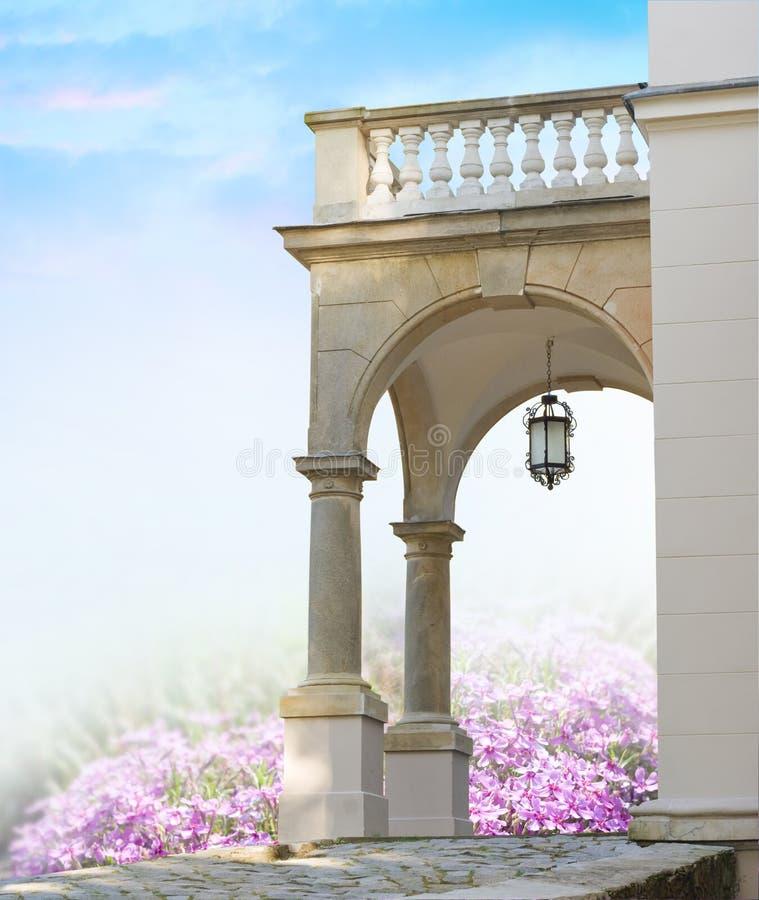 Portal clásico con las columnas fotografía de archivo libre de regalías