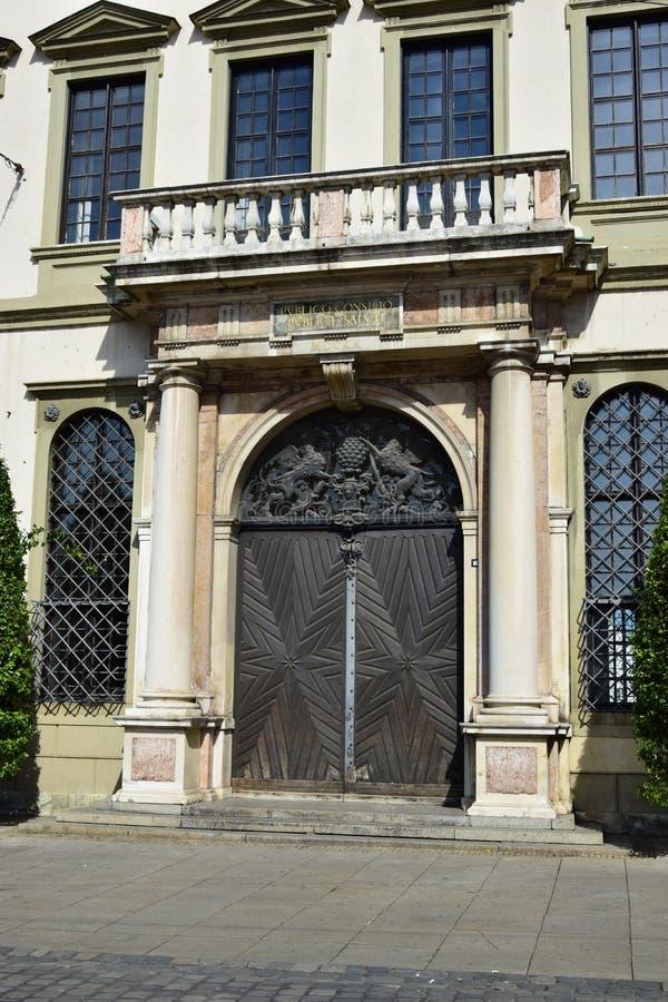 Portal da câmara municipal histórica (Rathaus) em Augsburg, Alemanha fotos de stock