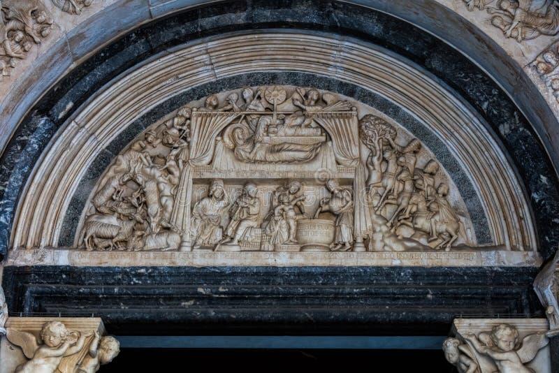 Portal da catedral de St Lawrence em Trogir fotos de stock
