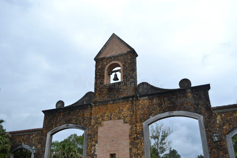 Portal da cidade com céu azul imagens de stock