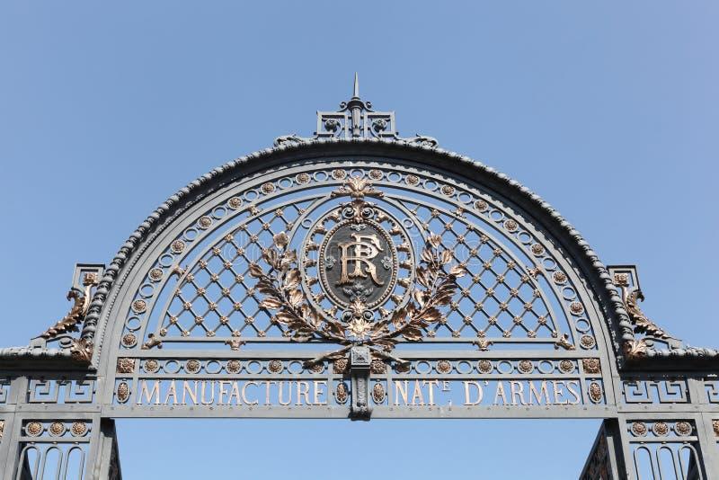 Portal da empresa de manufatura de propriedade estatal francesa idosa situada na cidade de St Etienne, França foto de stock