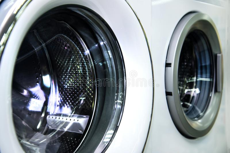 Portal de carregamento redondo da máquina de lavar industrial na loja imagens de stock