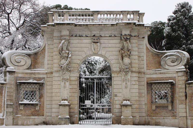 Portal de Celimontana del chalet bajo nieve