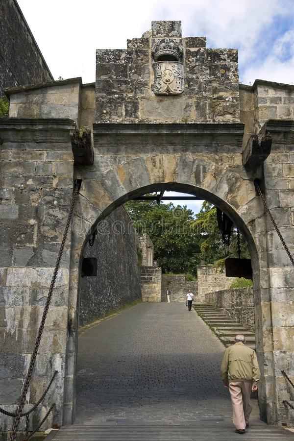 Portal de Francia和游人,潘普洛纳。西班牙 免版税库存图片