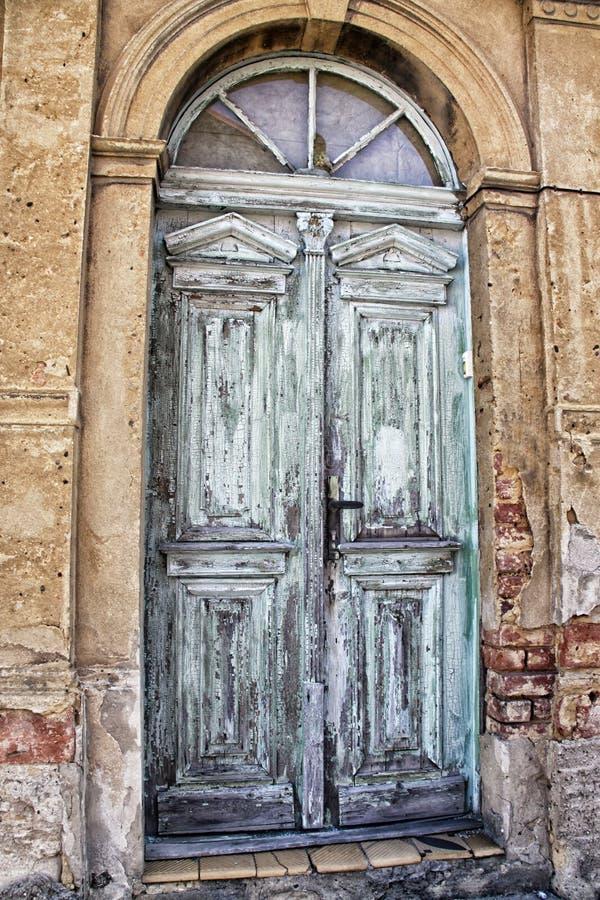 Portal de madera verde y azul agrietado viejo foto de archivo