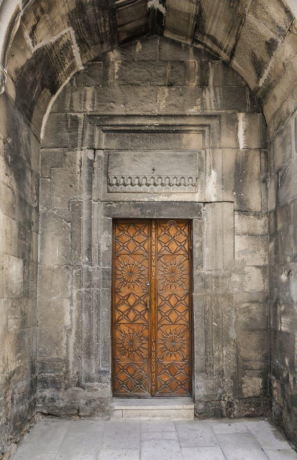 Portal del edificio de apartamentos Monumento arquitectónico del siglo XVII en la ciudad vieja, Baku, Azerbaijan fotos de archivo