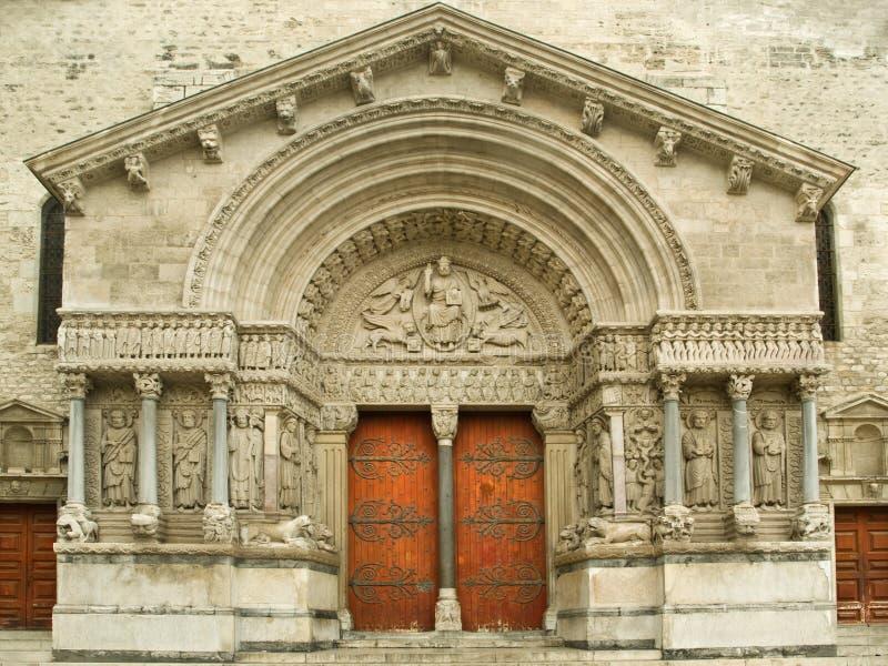 Portal der Arles Kathedrale stockbilder