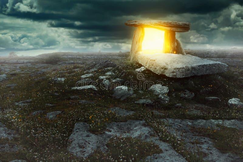 Portal mágico em uma terra misteriosa imagem de stock