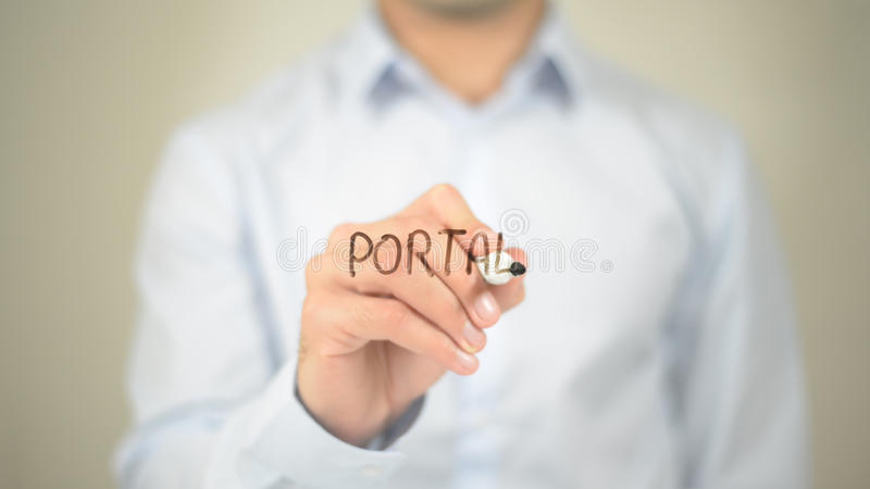 Portal, Mannschreiben auf transparentem Schirm lizenzfreies stockbild