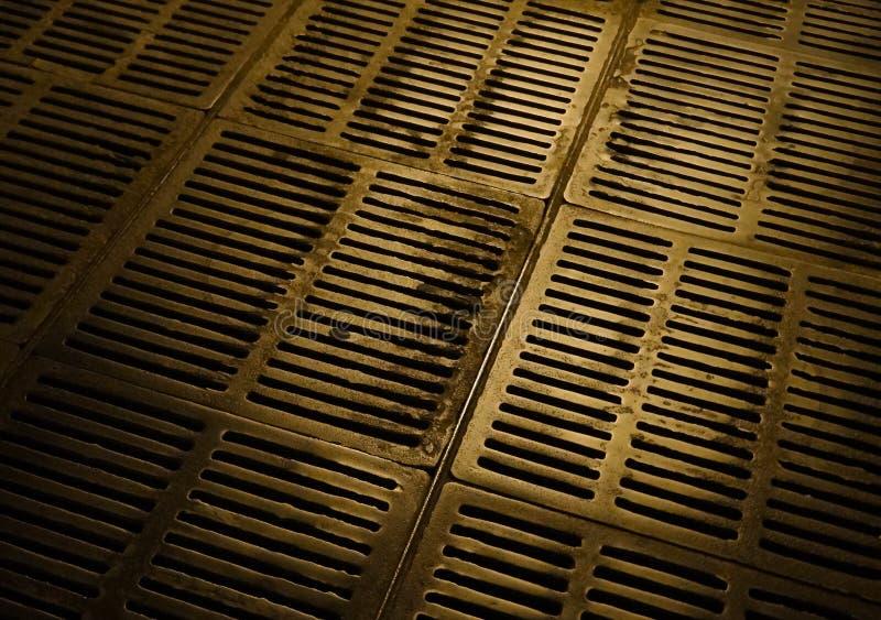 Portal metálico da canalização e do esgoto urbano subterrâneo imagens de stock