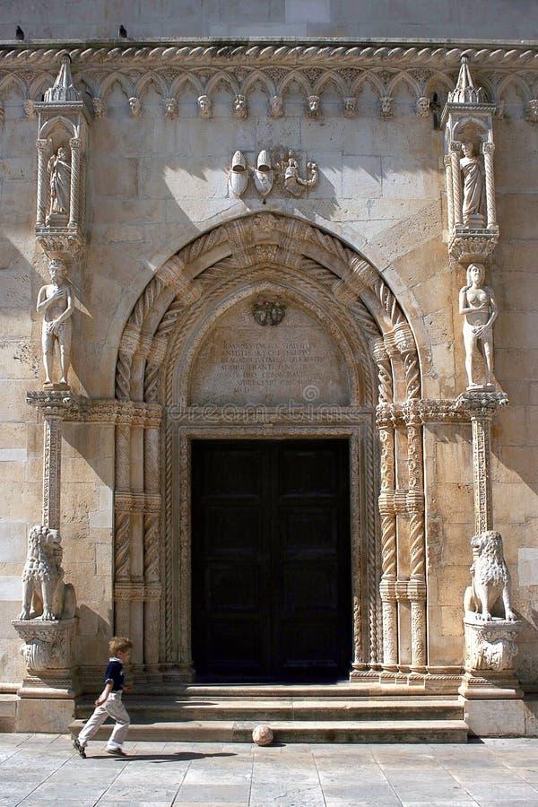 Portal na catedral do St. Jacob   fotografia de stock royalty free