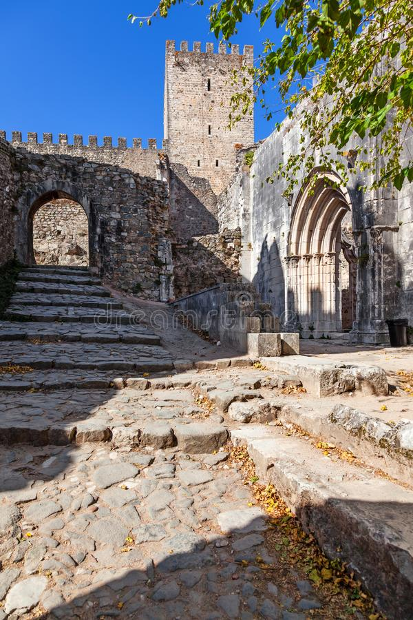 Portal Santa Maria da Pena Churchs und halten vom Leiria-Schloss stockfoto
