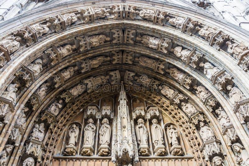 Portal sobre a entrada principal a Notre Dame du Sablon (igreja de nossa senhora abençoada do Sablon), Bruxelas fotos de stock