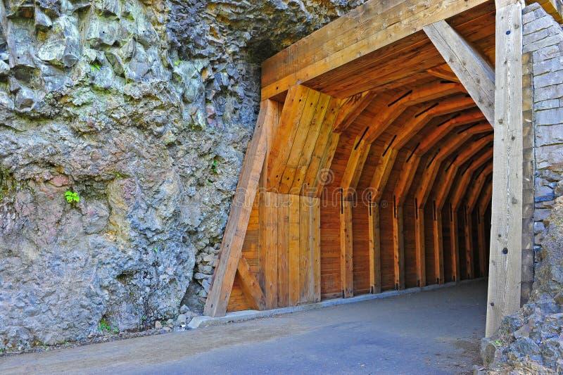 Portal a un túnel estrecho de la montaña foto de archivo