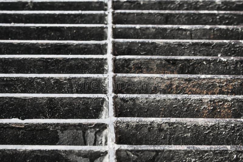Portal velho do dreno do ferro na estrada foto de stock royalty free