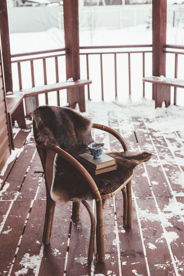 Portal von Klotz cabine mit Schnee lizenzfreie stockfotografie