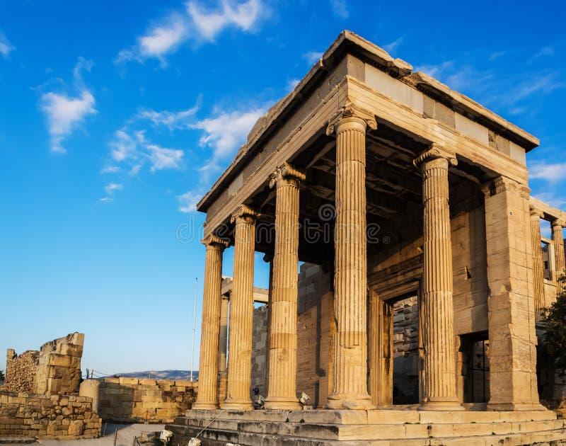Portal von Poseidon-Tempel als Teil Erechtheion auf Akropolise, Athen, Griechenland gegen blauen Himmel stockbild