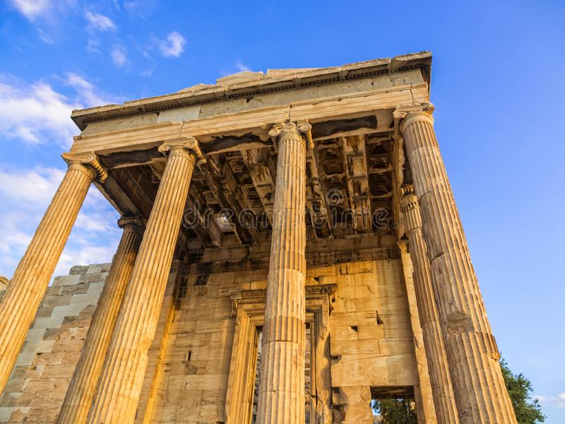 Portal von Poseidon-Tempel als Teil Erechtheion auf Akropolise, Athen, Griechenland gegen blauen Himmel stockbilder