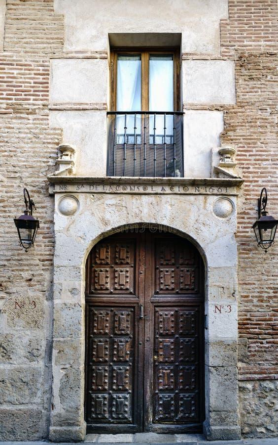 Portal z ganeczkiem i balkon stary dom z drewnianym drzwi wzmacniającym gwoździami które używali dla wejścia frachty wewnątrz obraz royalty free