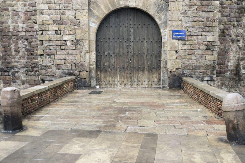 Portalde Santa Madrona, der einzige Standort, der von der mittelalterlichen Wand, Barcelona bleibt der alten Tür stockfotos